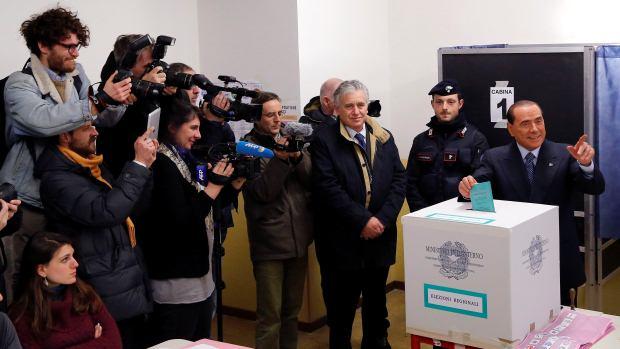 O ex-primeiro-ministro italiano Silvio Berlusconi vota nas eleições que definirão o novo governo do país