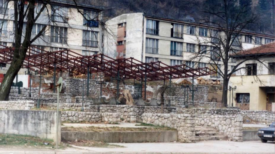 Restaurante destruído em Srebrenica, na Bósnia-Herzegóvina, em 1998