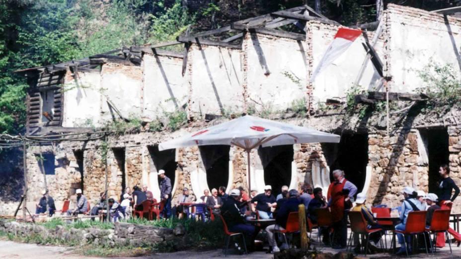 Café na cidade de Srebrenica, na Bósnia-Herzegóvina, em 1997