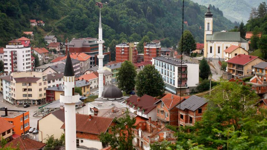 Vista geral da cidade de Srebrenica, na Bósnia-Herzegóvina, em 2012