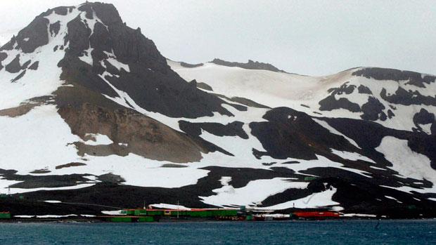 <p>Estação do Brasil na Antártica Comandante Ferraz. Ao fundo, o Morro da Cruz (2004)</p>