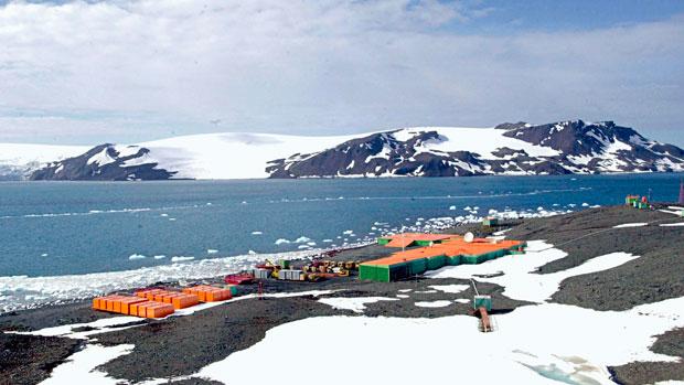 <p>Manhã na Baía do Almirantado, em frente a Estação do Brasil na Antártica Comandante Ferraz (2004)</p>
