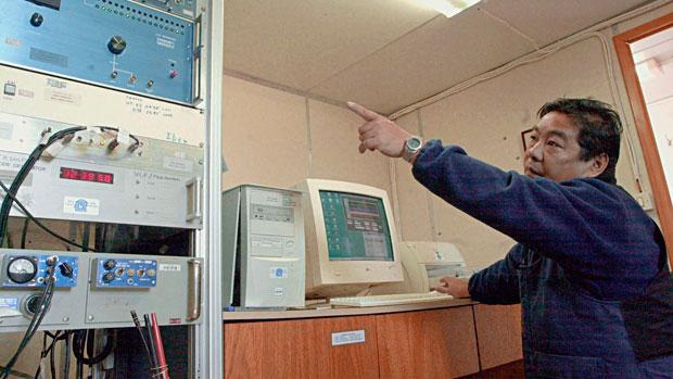 <p>Técnico do INPE Armando Adhano, no laboratório VLP, na Estação do Brasil na Antártida Comandante Ferraz (2004)</p>