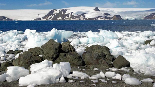 <p>Pedras de gelo na costa da Baía do Almirantado, local da Estação Comandante Ferraz (2004)</p>