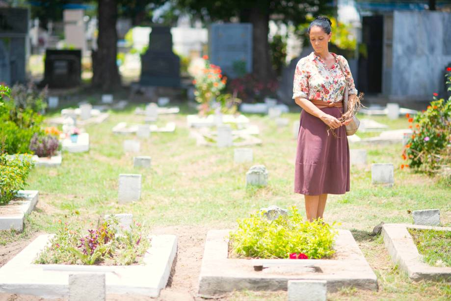 Em 'Aquarius', Clara (Sônia Braga) é uma mulher que sobreviveu à um câncer de mama