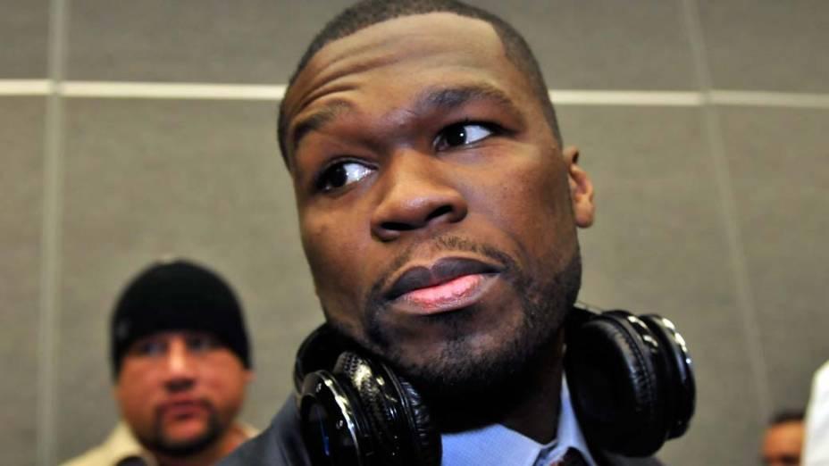 O rapper 50 Cent em Las Vegas com sua versão especial do fone Sleek