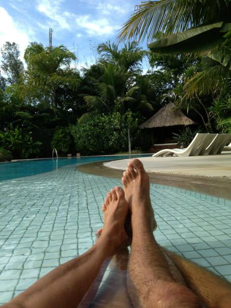 Xuxa posta foto na piscina com Junno Andrade