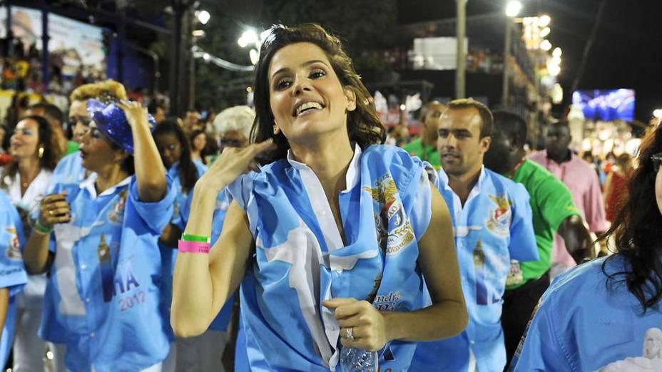 Deborah Secco durante desfile da Escola de Samba União da Ilha, no Rio de Janeiro