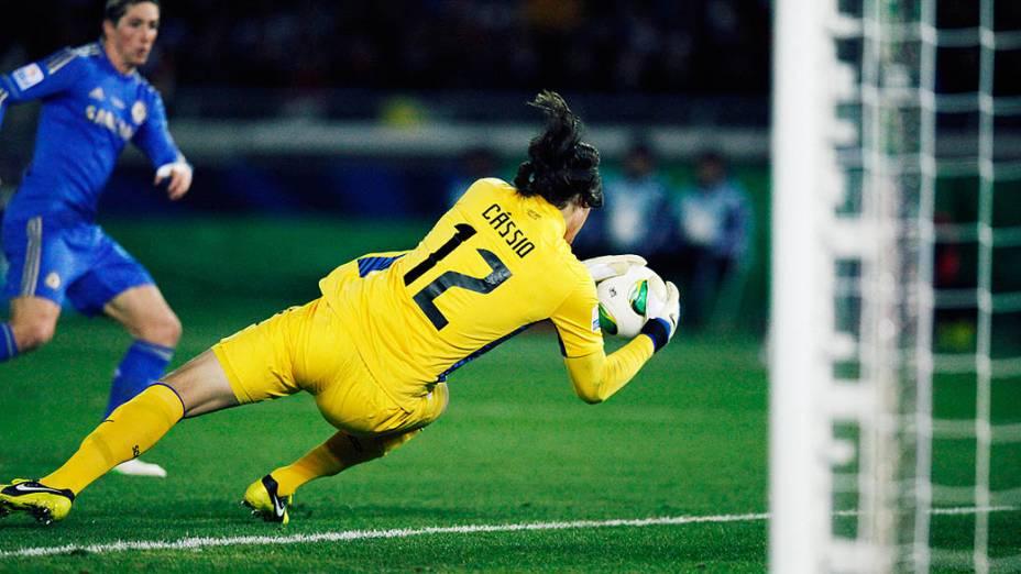 Cássio, eleito o melhor jogador do torneio, defende finalização de Fernando Torres durante a final do Mundial de Clubes da Fifa, em Yokohama