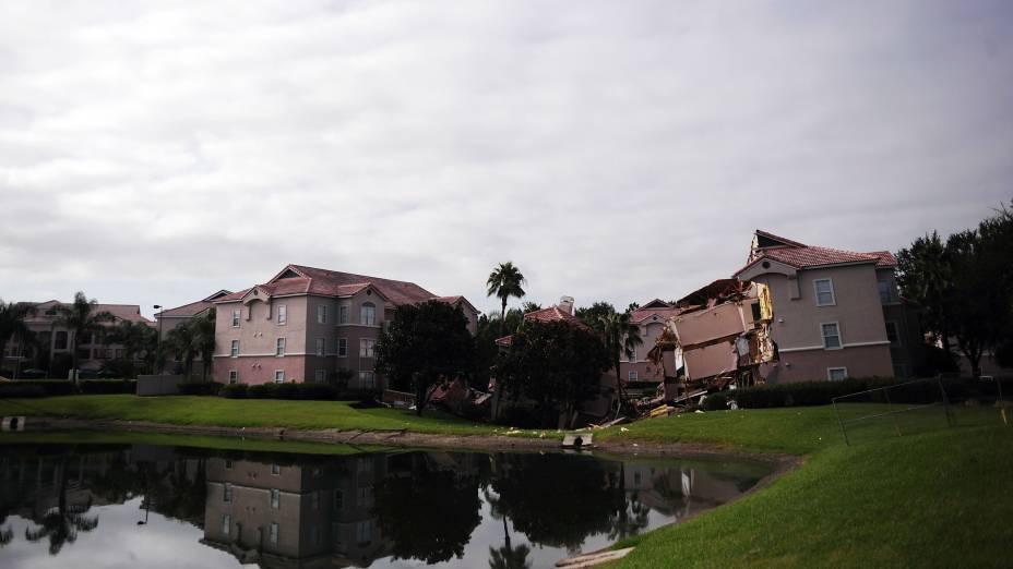 A abertura de uma cratera engoliu parte da estrutura do hotel Summer Bay Resort, próximo aos parques da Disney, na Flórida