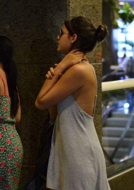 A atriz Bruna Marquezine sai de casa sem sutiã e disfarça, em passeia em shopping do Rio de Janeiro