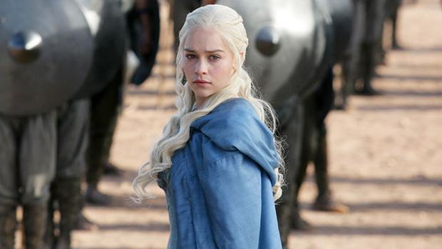 A atriz Emilia Clarke como Daenerys Targaryen, da série Game of Thrones