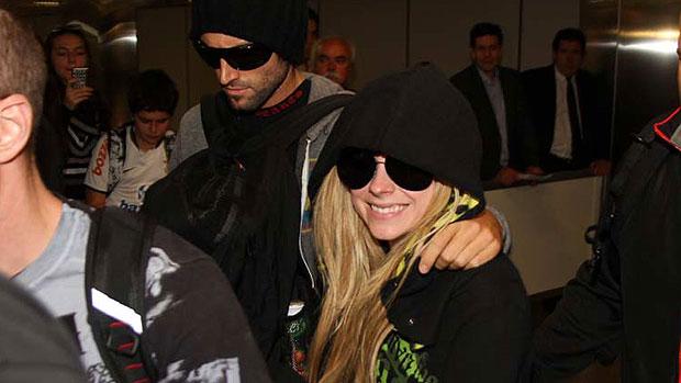 A cantora canadense Avril Lavigne desembarca no aeroporto de Guarulhos, em SP