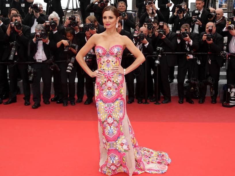 A cantora Cheryl Cole apostou em um look justo de corte reto e bordados coloridos para a première do filme Slack Bay, em Cannes