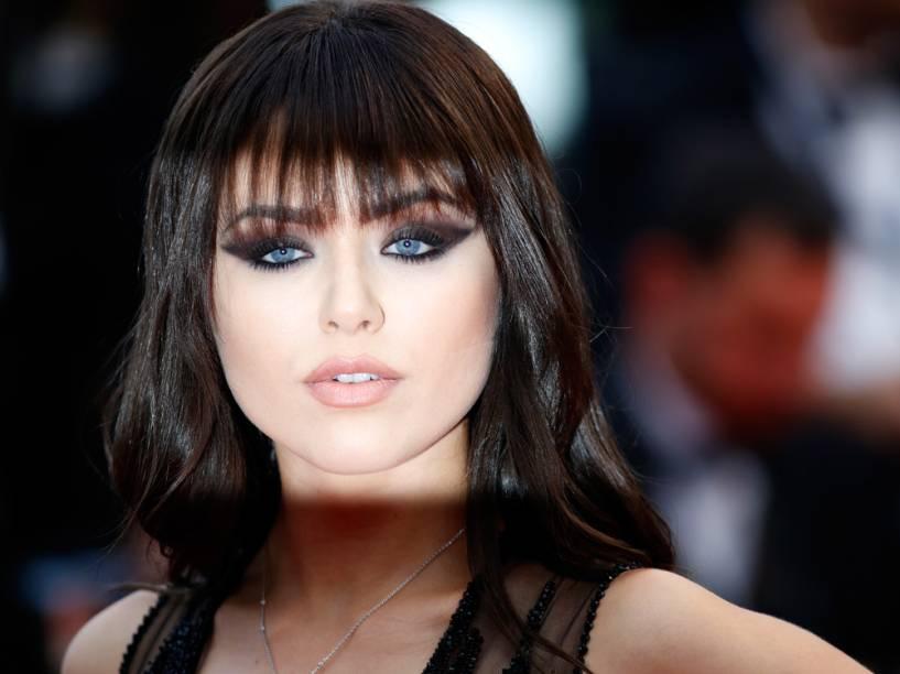 A cantora Kristina Bazan carregou na maquiagem do olho para desfilar no tapete vermelho do Festival de Cannes 2016