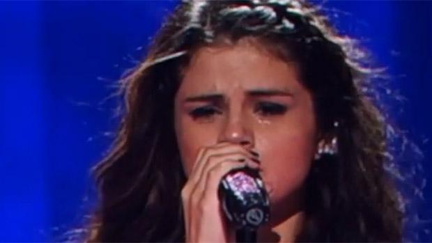 A cantora Selena Gomez chora ao cantar música que seria endereçada para o ex, Justin Bieber