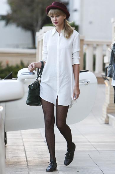 A cantora Taylor Swift usa camisa como vestido e meia-calça