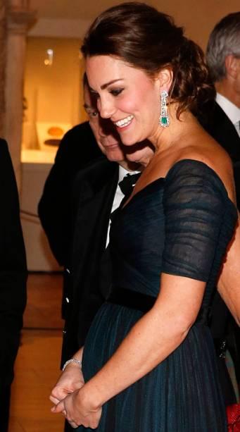 A duquesa Kate Middleton exibe barriga de cinco meses de gestação em evento de gala, em Nova York