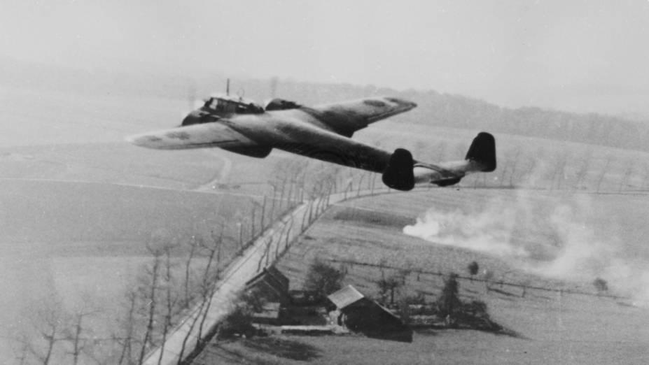 O Dornier Do 17 da Luftwaffe, a Força Aérea alemã, fotografado em combate durante a II Guerra Mundial, segundo registro sem data do museu da Força Aérea Britânica