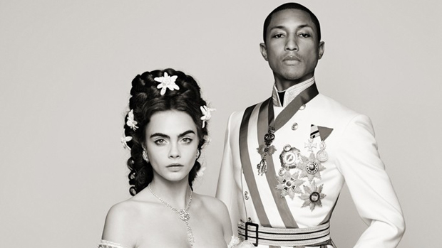 A modelo Cara Delevingne e o músico Pharrell Williams, em produção da grife Chanel