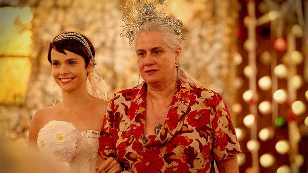A noiva Nina (Débora Fallabela) é escoltada por Lucinda (Vera Holtz), a mãe do Lixão