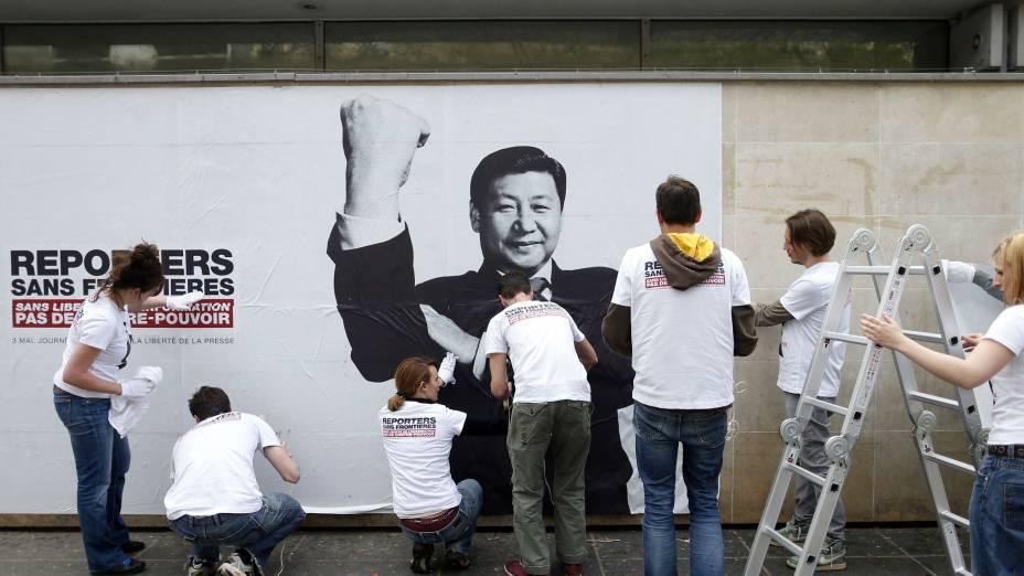 """A China promoveu uma abertura econômica, mas se mantém comunista. Xi Jinping, que assumiu a presidência em março deste ano, foi incluído na lista de """"predadores da liberdade de informação"""""""