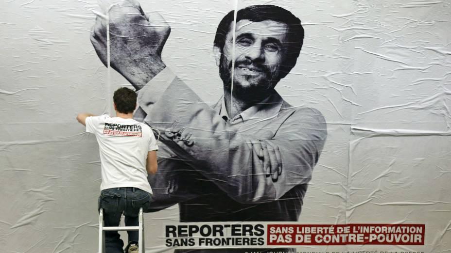 O iraniano Mahmoud Ahmadinejad aparece dando uma banana para a imprensa, em montagem feita pela ONG Repórteres sem Fronteiras