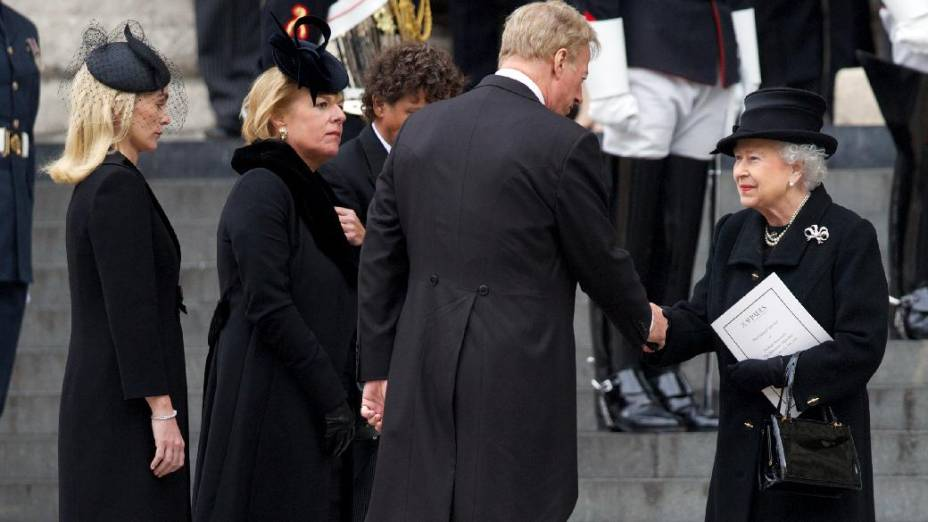 A rainha Elizabeth II cumprimenta Mark Thatcher, filho de Margareth Thatcher, em frente à Catedral de Saint Paul, onde ocorreu o funeral da ex-premiê