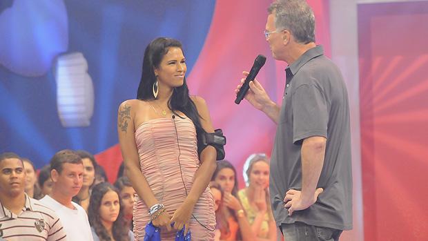 A transexual Ariadna é recebida por Pedro Bial depois de eliminada do BBB11