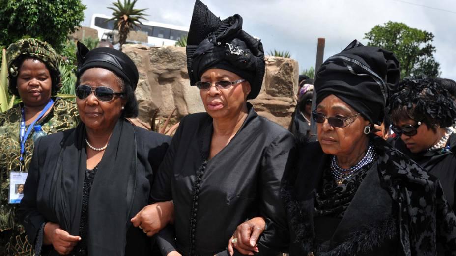 A viúva de Nelson Mandela, Graça Machel (centro), e sua ex-mulher Winnie Mandela chegam para o funeral em Qunu