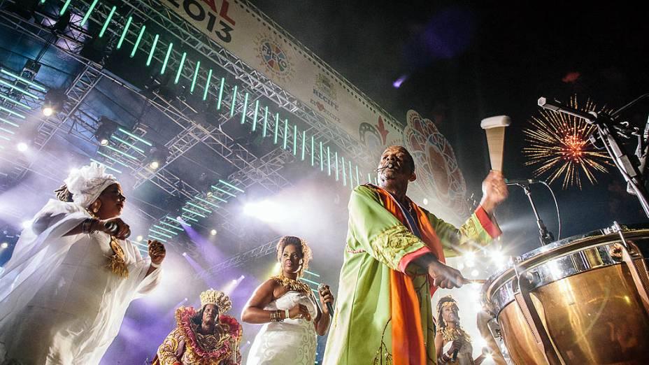 Naná Vasconcelos, acompanhado de 500 batuqueiros abre o carnaval de Recife, no Marco Zero