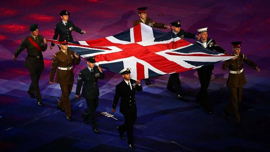 Oficiais carregam bandeira britânica durante cerimônia de abertura da Paralimpíada em Londres