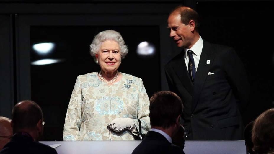 Rainha Elizabeth II e o príncipe Edward durante cerimônia de abertura da Paralimpíada