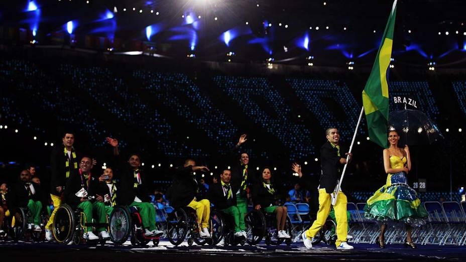 O nadador medalhista Daniel Dias carrega a bandeira a frente da delegação brasileira durante cerimônia de abertura das Paralimpíadas em Londres, em 29/08/2012