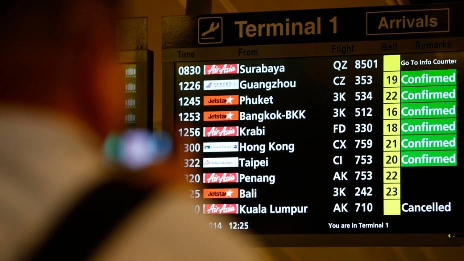 Painel de informações indica perda de contato com Airbus da AirAsia no voo QZ-8501, que partiu do Aeroporto Internacional Juanda, em Surabaya (Java Oriental), para Cingapura