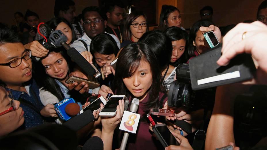 Louis Sidharta, cujo noivo estava a bordo do voo QZ8501 AirAsia, fala à imprensa em Cingapura