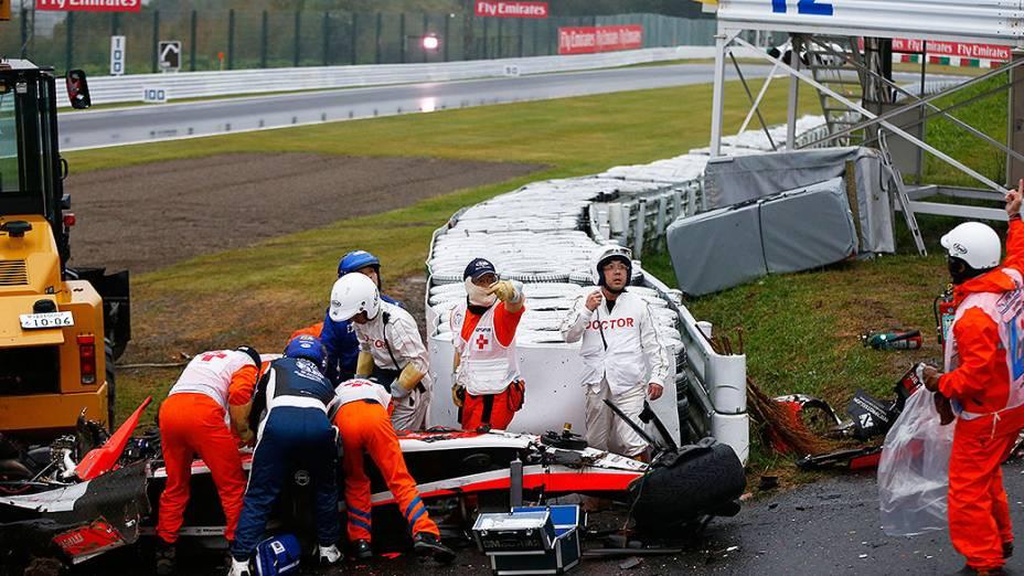 O francês Jules Bianchi, da Marussia, recebe atendimento após acidente no GP do Japão