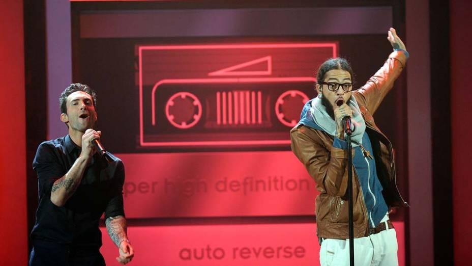 Adam Levine, do Maroon 5, e o rapper Travie McCoy, do Gym Class Heroes, durante o American Music Awards 2011 em Los Angeles, Califórnia