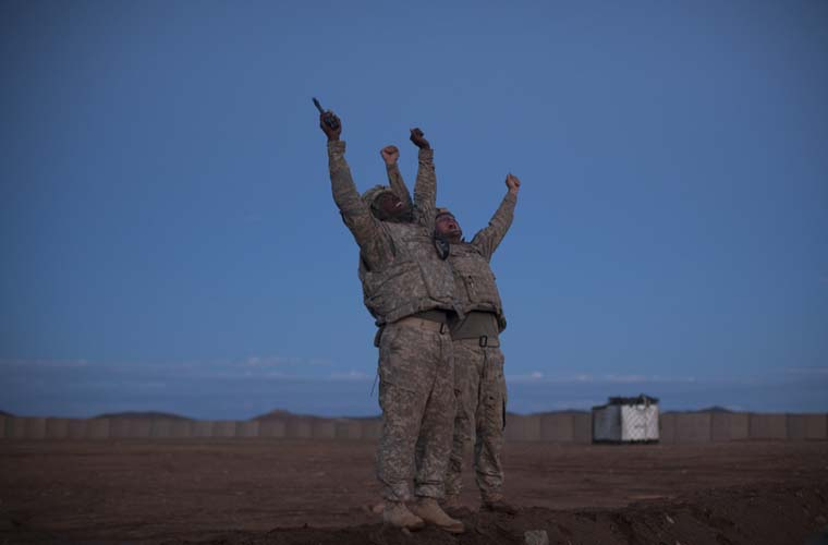 Soldados comemoram a morte de três talibãs.