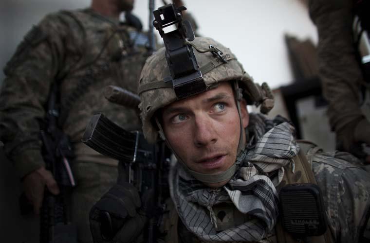 Militares reagem a uma ofensiva talibã, que disparou mísseis em direção à infantaria das tropas dos Estados Unidos. A ação deixou um americano morto.