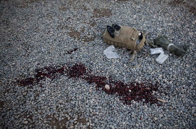 Sangue e acessórios de primeiros-socorros são vistos no local onde um militar americano foi morto por um míssil disparado pelos talibãs.