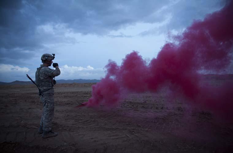 Militares pedem ajuda aérea para socorrer soldado ferido por um míssil, durante combates na província de Wardak, no Afeganistão.