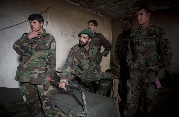 Soldados do exército nacional afegão, que apoia as tropas dos Estados Unidos, recebem instruções de um coronel americano.