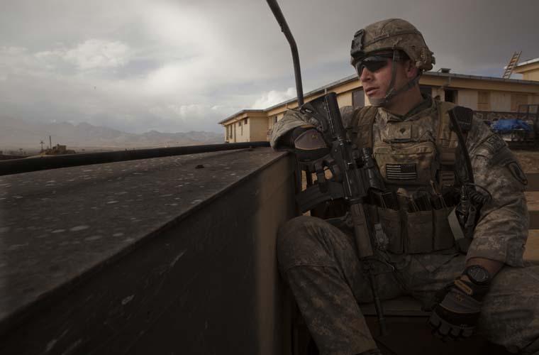 Tropas americanas investigam um recente ataque em Wardak.
