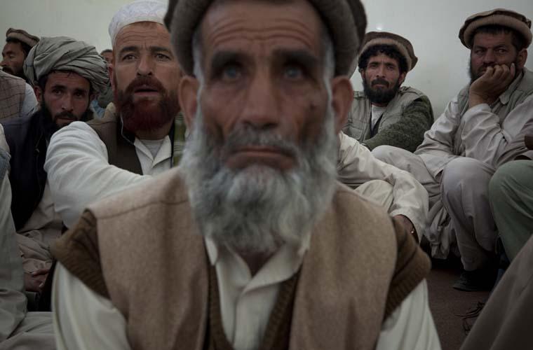 Anciões locais participam de uma reunião organizada pelo exército americano e pelo governo da província de Wardak.