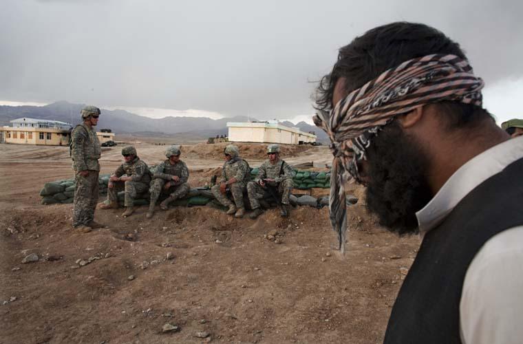 Porta-voz talibã detido. Ele foi capturado durante uma ação conjunta entre os exército dos Estados Unidos e a Polícia Nacional do Afeganistão. O talibã será entregue às autoridades afegãs anti-terrorismo.