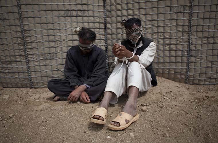 Talibãs detidos durante uma ação conjunta entre os exército dos Estados Unidos e a Polícia Nacional do Afeganistão. Eles serão entregues às autoridades afegãs anti-terrorismo.