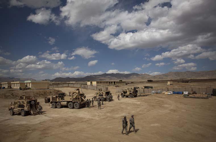 Soldados caminham pelo acampamento, em Wardak.