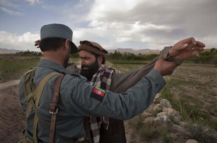 Soldado afegão revista homem.