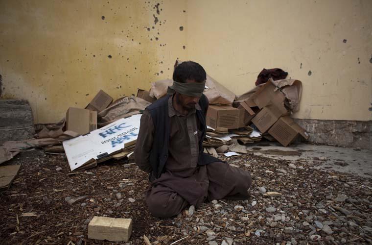 Homem suspeito de integrar o talibã é detido durante uma ação conjunta entre o exército dos Estados Unidos e a Polícia Nacional do Afeganistão.